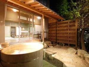 有馬温泉 神戸牛と金泉・銀泉の宿 有馬御苑:芙蓉山荘露天風呂付特別室は小庭に檜の露天付き。