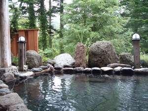クアプラザピリカ:緑に囲まれた露天風呂。ゆっくりつかりお肌もツルツルに。夜通し利用可能です。