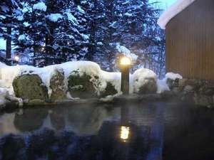 クアプラザピリカ:冬の露天風呂(夜)キーンとする寒さの中で浸かる露天風呂は身も心も癒やしてくれます。