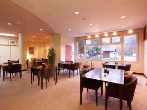 クアプラザピリカ:*館内レストランRera/窓の外の眺めが明るい雰囲気のテーブル席。