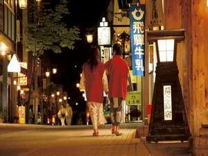 下呂温泉 望川館(ぼうせんかん):レトロな町並みを浴衣を着て散策。お愉しみは足湯。足をのんびり癒そう。