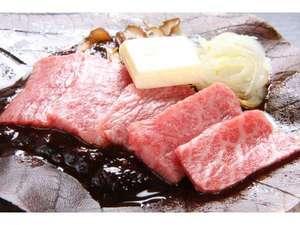 下呂温泉 望川館(ぼうせんかん):最高ランク飛騨牛を朴葉にのせて、味噌とおネギをバターと一緒に焼きます♪