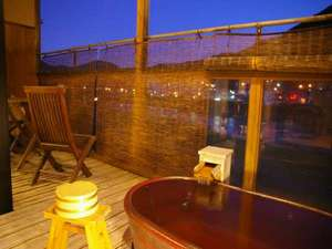 下呂温泉 望川館(ぼうせんかん):飛騨川のせせらぎと満天の星空を眺めて名湯に身を任せる。心地良い時間を陶器のお風呂でお寛ぎ下さい。