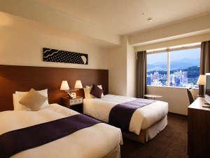 オリエンタルホテル広島:[ツイン]幅120cm×2台のベッドが入った24平米のお部屋。室内とバスルームとの仕切りにガラス窓を採用。