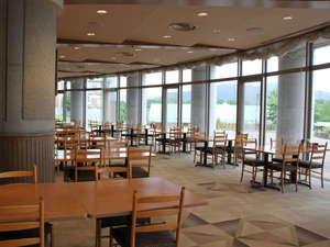 【レストラン】中庭を眺めながら、開放感たっぷりの食事会場です。