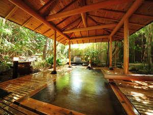花のおもてなし 南楽:【甚兵衛の湯】(檜露天風呂) 竹林に包まれた檜風呂は、まるで自然と一緒に溶け合っているかのようです