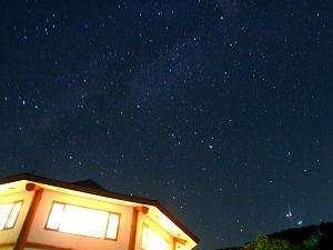 Real country inn Speak Easy:≪伊豆で星降る夜≫標高250mの隠れ家は空が広く澄んだ夜空に輝く月や流れ星、天の川の眺めに心癒されます