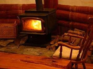 Real country inn Speak Easy:カナダ製薪ストーブのチムニーがあるリビングはみんなのお気に入りの場所 読書やオセロ、おしゃべりも…