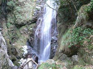 月ヶ谷温泉 月の宿:百間滝 落差約30m。滝壺まで遊歩道が続き、流れる滝の姿仰ぎ見れる。当館より車で約20分の後、徒歩約5分