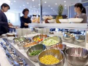 パレスホテル大宮:毎日しっかりとお野菜を。サラダバーも色とりどり♪ ※朝食バイキングイメージ