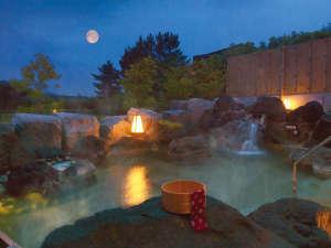 大江戸温泉物語 松島温泉 ホテル壮観:<つきあかりの湯>自家源泉の露天風呂(夜)満天の星空を眺めながらごゆっくり♪