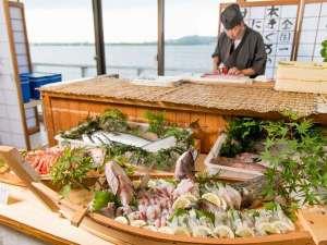 湖上に浮かぶ絶景の宿 はわい温泉 千年亭:お客様の目の前でその日仕入れた魚を捌いてお刺身にします。何が出るかは当日のお楽しみ!