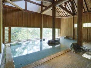 【牧水の湯(内湯)】大きな梁も特徴です。歴史も感じられるお風呂