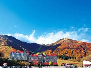 奥白馬温泉 ホテルグリーンプラザ白馬:★ホテルの後ろには雄大な山々が♪どこまでも広がる青空と色づき始めた秋の山々がおすすめです!