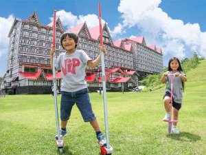 奥白馬温泉 ホテルグリーンプラザ白馬:ゲレンデ側のログハウスで竹馬・一輪車などの遊具をレンタル、広々スペースで思いっきり楽しめる。