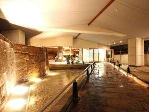 ホテルおもと 浅間温泉随一の天空露天風呂:印象的な滝が流れる玄関