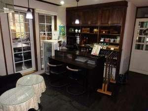 ペットと泊まる箱根の宿 クリンゲル バウム (旧コンフォート):生ビール他 雰囲気のあるカウンターでお酒をどうぞ!