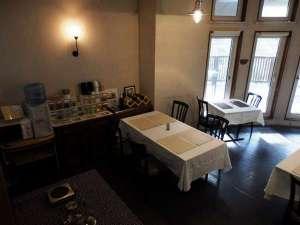 ペットと泊まる箱根の宿 クリンゲル バウム (旧コンフォート):1階ダイニングにはコーヒー紅茶のフリードリンクがあります