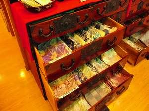 ラウンジにて「色浴衣」を無料貸出いたします。お好みをお選びください。