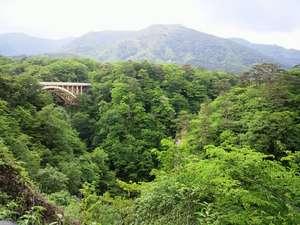 名勝「鳴子峡」は車で約3分。徒歩でも10分圏内で便利