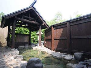 男女別の露天「鶴亀の湯」。茅葺ふき櫓のお風呂は時間によって男女が入替。