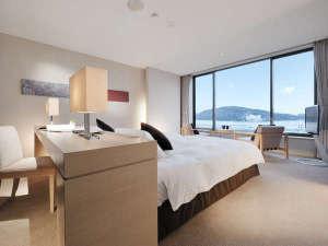 鳥羽国際ホテル:ベッドから海を楽しむことができるリゾートスタイルが、極上のリラグゼーションをお約束します。