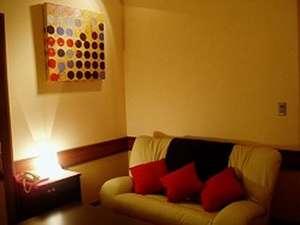 貸切温泉ジャクジーのある宿 オーベルジュ ボヌール:スイートルームのリビングにあるソファー