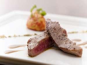貸切温泉ジャクジーのある宿 オーベルジュ ボヌール:彩りよく並べられたステーキと高原野菜添え