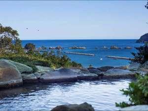 ホテル&リゾーツ 和歌山 串本(旧:串本ロイヤルホテル):【太平洋を望む温泉露天風呂】露天風呂からの眺望です。太平洋、橋杭岩が一望できます。