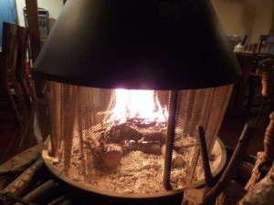 無料貸切 露天風呂の宿 蓼科壱番館:ダイニングの暖炉に火が灯りました。