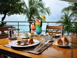ホテルムーンビーチ:海を眺める開放的なテラス席