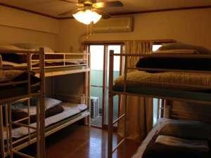 ゲストハウス・カサブランカ:6名1室の2段ベッドです。お一人様1ベッドごとのご案内となっております。