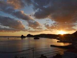 下田聚楽ホテル:窓からの景色。ちょっと早めに着いて夕暮れ時の下田湾の眺めを堪能してください