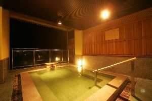 咲花温泉 翠玉の湯 佐取館:お湯の色から翠玉の湯と名付けられている源泉掛け流しの展望露天風呂