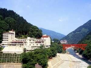 峡谷の大自然、トロッコの赤い橋が眼前に!