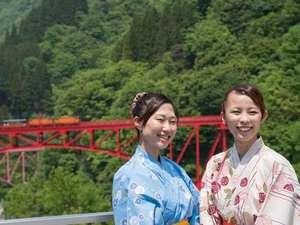 赤い橋をバックに記念撮影~(^^)きっと良い思い出になるはずです(^^)!