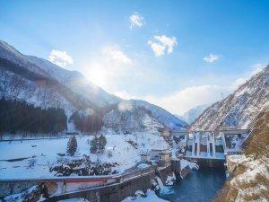 青と白のコントラストが美しく映える、雪化粧に包まれた絶景。冬の表情を浮かべる宇奈月ダム。