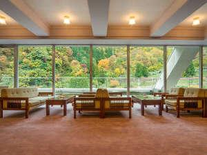 広々と開放感に満ちたロビーでは、大きな窓から明るい光が入り込み、ゆったりとお寛ぎいただけます。