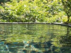 自慢の露天風呂では、季節折々それぞれの美しさのなかで、思う存分にゆっくりと温泉を楽しめます。
