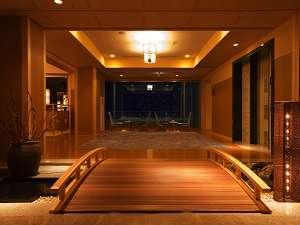 游泉志だて:志だてを象徴する太鼓橋と椅子。窓の奥に映る景色は季節や時間で表情を変えます。記念写真に是非。