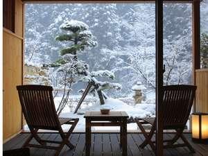 游泉志だて:庭園露天風呂付和洋室 【 1 階 】 部屋の中から見る雪景色。