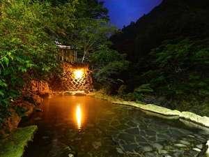 塩原温泉 渓流野天風呂と炉端料理の宿 湯守田中屋:野天風呂 仙郷湯(混浴) 夜景 夜間はライトアップいたしております。23時消灯。