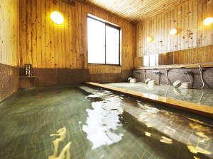 【大浴場-男湯】イスラエル直輸入の死海の塩を100%使用した当館自慢のお風呂。