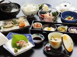 【ご朝食】旅館ならではの朝ごはんにほっこり。当館では朝から焼き魚からお刺身までご堪能いただけます。