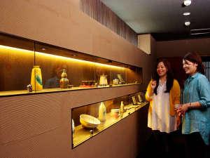 加賀屋グループ 料理旅館 金沢茶屋:工芸品の並ぶロビーラウンジ
