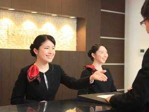 フロントスタッフが笑顔でお出迎え♪観光情報や飲食店などお気軽にお問合せ下さいませ!