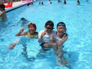 【夏】太平洋を眺めるプールは25メートルの広さ。家族一緒に楽しめます。