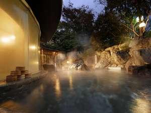 下呂温泉 水明館:【龍神の湯(男性用)】巨岩と緑に囲まれた野天風呂