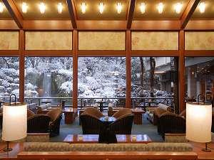 下呂温泉 水明館:【ロビーラウンジ「エビアン」】真っ白に色を変える日本庭園を望むロビーラウンジ