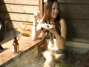 温泉露天風呂に入りながら、バーベキュー。。※水着は撮影の為です